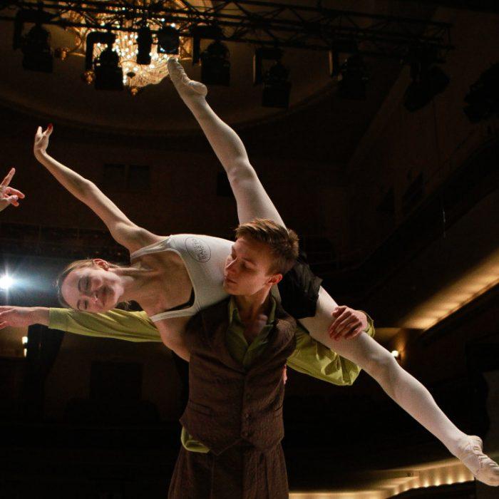 """""""Onegine"""" debiutuojantiems Baltijos baleto teatro šokėjams amžius kojos nepakišo"""